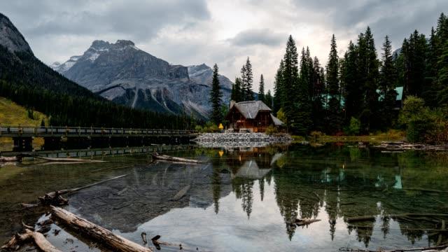 landschaft aus holzholz am smaragdsee im yoho nationalpark, kanada - blockhütte stock-videos und b-roll-filmmaterial