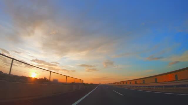 vidéos et rushes de scènes vues de l'intérieur d'une voiture fonctionnant sur une autoroute - wagon