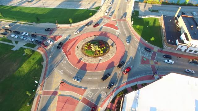 vidéos et rushes de scenic rotation aérienne du rond-point, trafic en cercle au volant - rond point