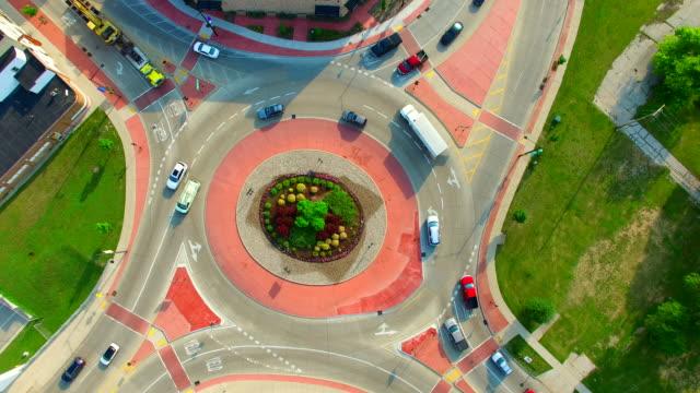 vidéos et rushes de vue aérienne panoramique time lapse de voitures accélérer au rond-point, - rond point
