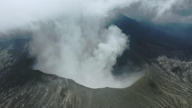 malerische luftaufnahme des ausbruchs des bromo-vulkans - vulkan stock-videos und b-roll-filmmaterial