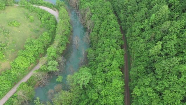 道路上の車の風光明媚な空中写真 - 陸の乗り物点の映像素材/bロール