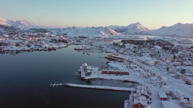 vídeos de stock e filmes b-roll de scenic aerial view of fishing town in lofoten islands in winter - lofoten