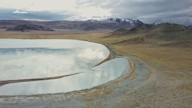 vidéos et rushes de vue aérienne scénique du lac en mongolie - lac salé