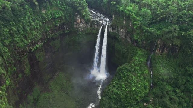 scenic flyg bild av madakaripura vattenfall på java - bekymmerslös bildbanksvideor och videomaterial från bakom kulisserna