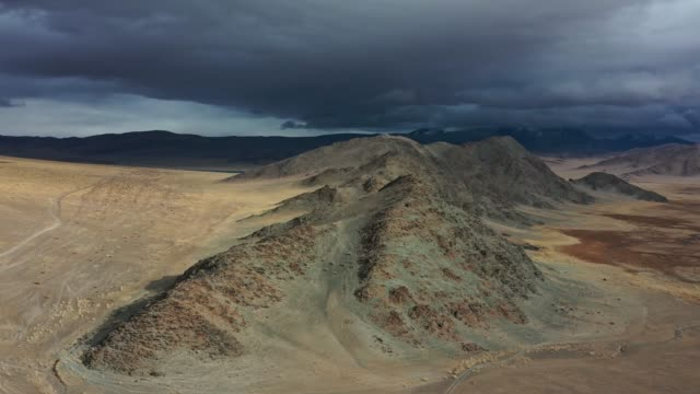 vídeos de stock e filmes b-roll de scenic aerial view of mountains in gobi desert - desertificação