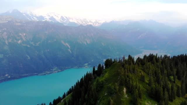 vídeos de stock e filmes b-roll de scenic aerial view of mountains near  the lake - suíça