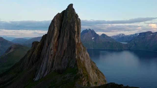 vídeos de stock, filmes e b-roll de vista aérea panorâmica da montanha segla na noruega - budismo