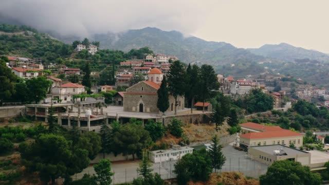 vídeos de stock, filmes e b-roll de vista aérea cénico da cidade nas montanhas em chipre - cultura grega