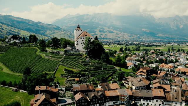 vídeos y material grabado en eventos de stock de vista panorámica aérea de la ciudad en alpes suizos - alpes europeos