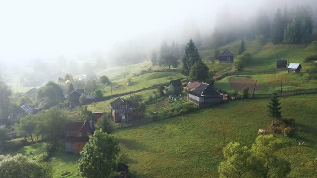 vista aerea panoramica del villaggio in montagna - ucraina video stock e b–roll