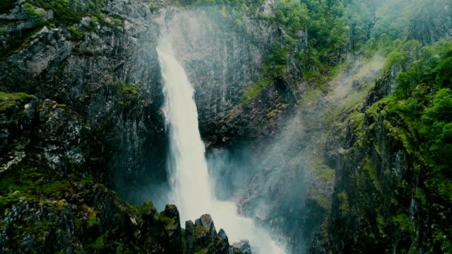 vídeos de stock e filmes b-roll de scenic aerial view of voringfossen waterfall and river - noruega