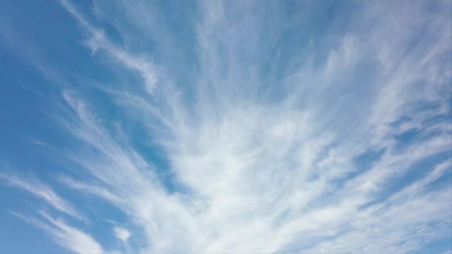 szenische zirruswolken in zeitraffer mit toller bewegung - zirrus stock-videos und b-roll-filmmaterial