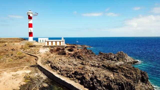 古典的な灯台と海の風光明媚な海岸線の場所。旅行し、エキゾチックな風景を発見することを愛する人々 のための休暇夏の時間概念 - 崖点の映像素材/bロール