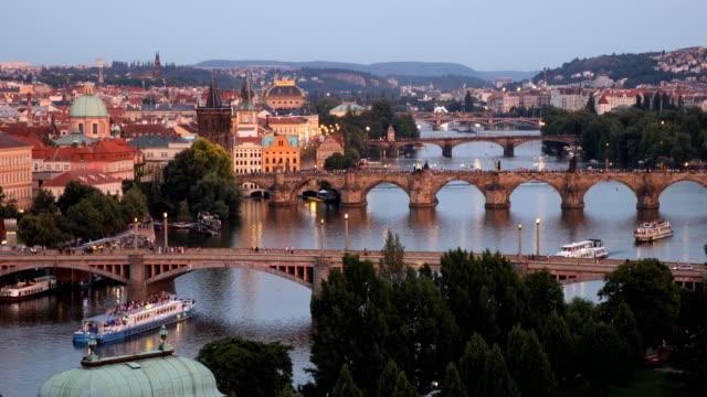 ヴルタヴァ川のプラハ、チェコ共和国プラハ オールド タウン ピア アーキテクチャとカレル橋の風光明媚な夏の夕日空中ビュー - チェコ共和国点の映像素材/bロール
