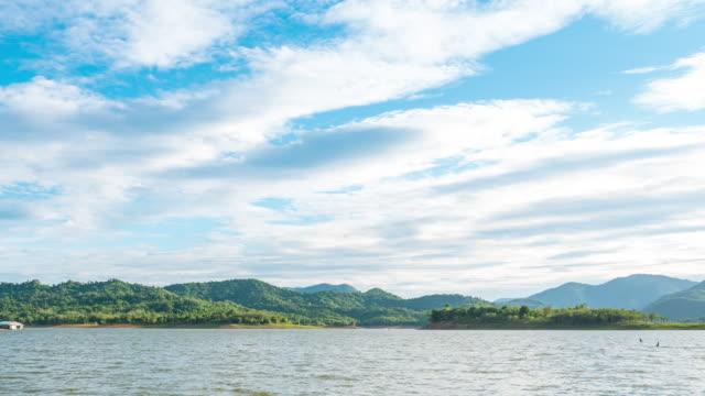 青空と動く雲のある湖のT/L風光明媚な熱帯島 ビデオ