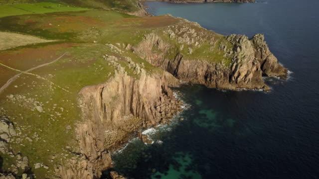 Vista panorâmica voando acima paisagens costa de Cornwall - 4K - vídeo