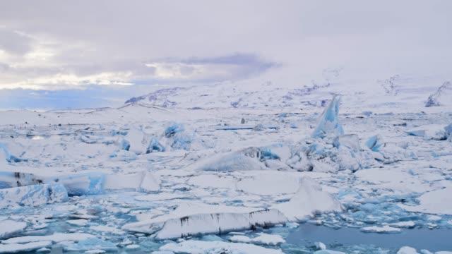ws 시닉 뷰 빙산 바다, 아이슬란드에 떠 있는 - 10초 이상 스톡 비디오 및 b-롤 화면