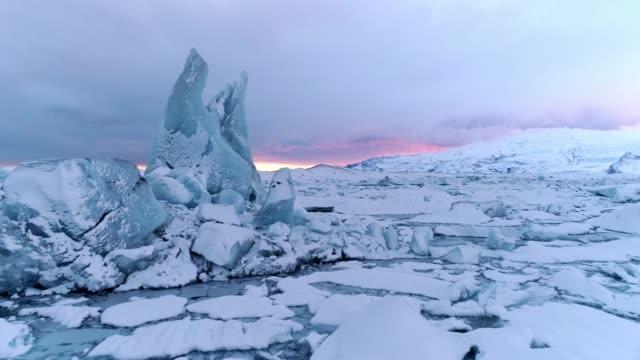 ws живописные вид айсберги, jokulsarlon лагуны, исландия - ледник стоковые видео и кадры b-roll