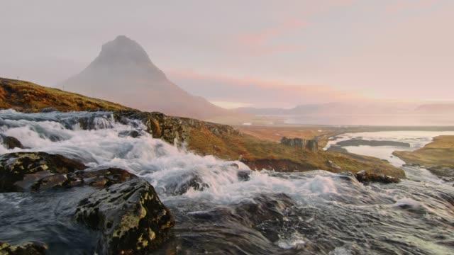 ws scenic view kirkjufell mountain and kirkjufellsfoss waterfall,iceland - nord europeo video stock e b–roll