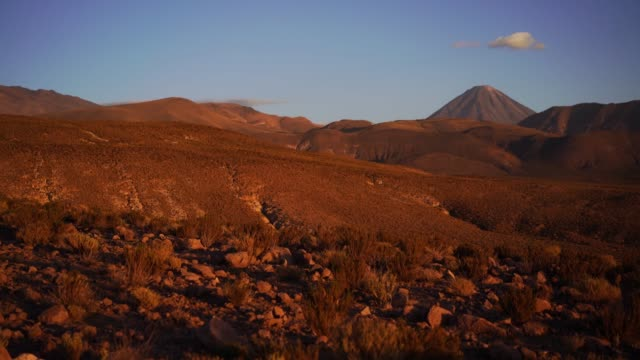 stockvideo's en b-roll-footage met schilderachtige mening van de woestijn atacama in chili - maasvallei