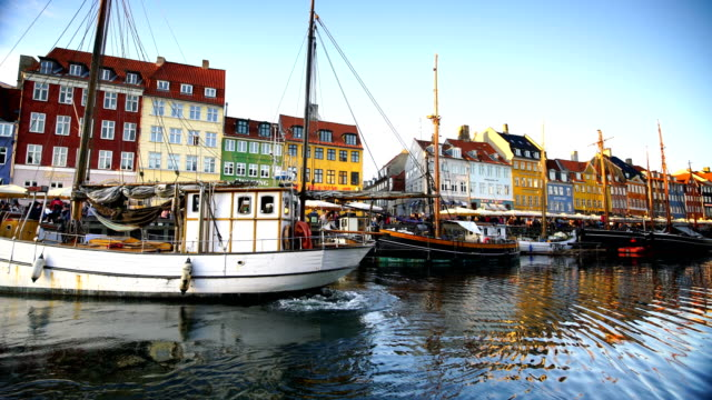 scenic view of famous nyhavn pier in the old town of copenhagen - копенгаген стоковые видео и кадры b-roll
