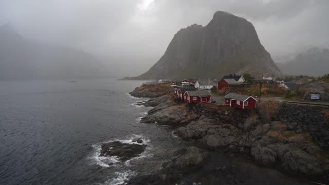 vista panoramica del villaggio di pescatori nelle isole lofoten - arcipelago video stock e b–roll