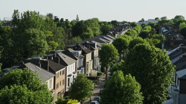 vidéos et rushes de vue scénique des maisons et des arbres verts au logement résidentiel de terrasse dans le centre de londres, royaume-uni - projectile aérien de drone - nord