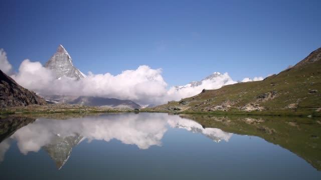 stockvideo's en b-roll-footage met schilderachtige mening van meer in matterhorn en bezinning - zermatt