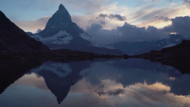 vídeos y material grabado en eventos de stock de vista panorámica del lago en matterhorn - alpes europeos