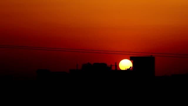 Vista panorâmica do céu do pôr do sol na cidade - vídeo