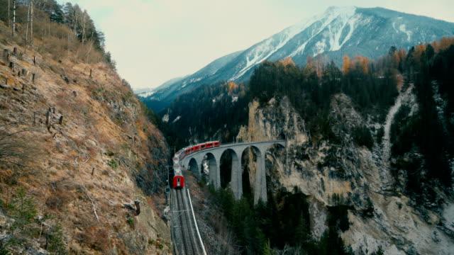 stockvideo's en b-roll-footage met schilderachtig uitzicht op de trein op landwasser-viaduct in zwitserland - alpen
