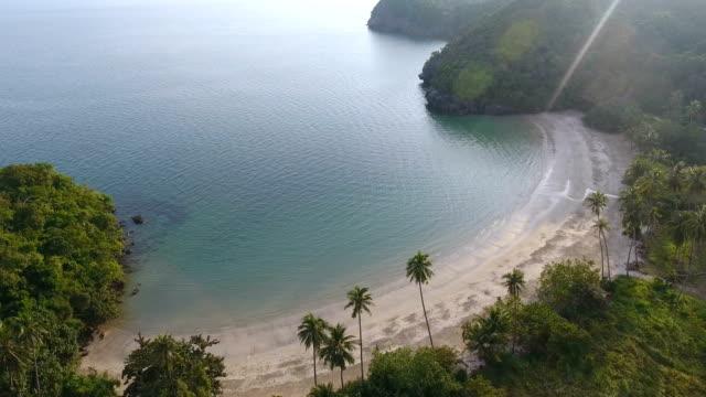 natursköna vy av white beach med solljus, antenn video - indiska oceanen bildbanksvideor och videomaterial från bakom kulisserna