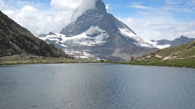 stockvideo's en b-roll-footage met schilderachtig uitzicht op de besneeuwde matterhorn peak en lake stellisee, zwitserse alpen, zermatt, zwitserland - matterhorn