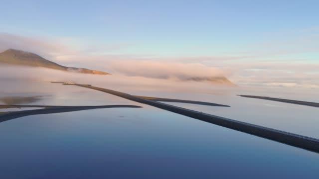 ws シーニックビュートランキルマウンテンレイク, アイスランド - 人里離れた点の映像素材/bロール