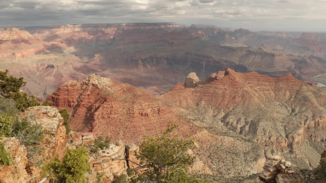 malerischer aussichtspunkt am south rim im grand canyon nationalpark - grand canyon stock-videos und b-roll-filmmaterial