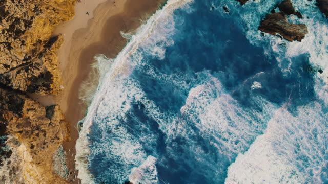 vídeos de stock e filmes b-roll de aerial ws scenic views praia da ursa beach in portugal - portugal
