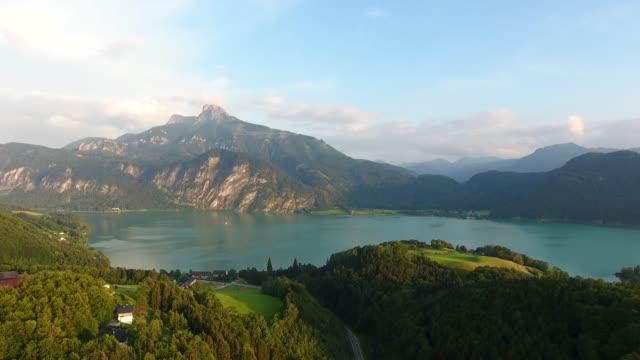 schafberg och sjön mondsee i salzkammergut, österrike - videor med salzburg bildbanksvideor och videomaterial från bakom kulisserna