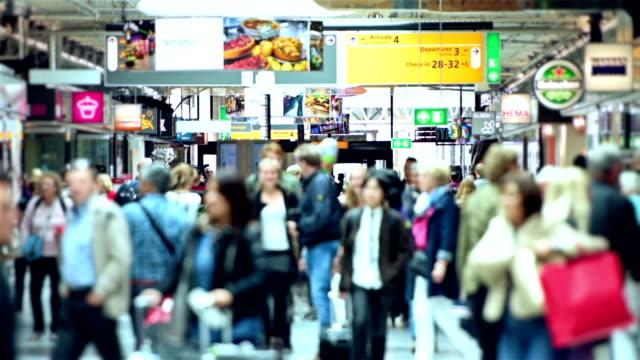 stockvideo's en b-roll-footage met schiphol airport travellers - schiphol