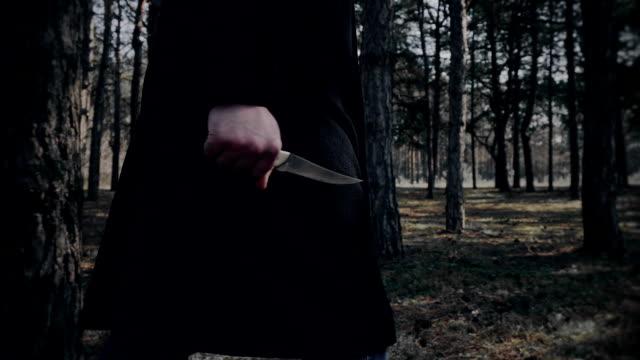 Schizofrena mannen går med kniv i skogen video