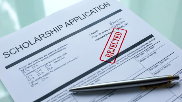 dokument wniosku o stypendium odrzucony, pieczęć ręczna na oficjalnym papierze - negacja filmów i materiałów b-roll