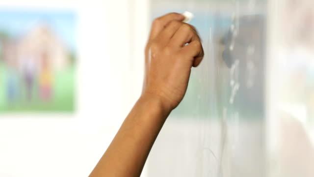 Schule junge Training einer Mathematik-sum – Video