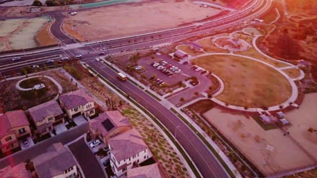Schulbus in Stadtteilentwicklung - Luftbild – Video