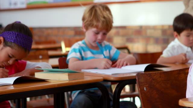 Escola crianças colorindo de livros - vídeo