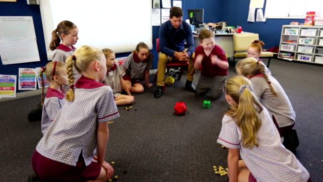Escuela, niños haciendo matemáticas juegos en el aula - vídeo