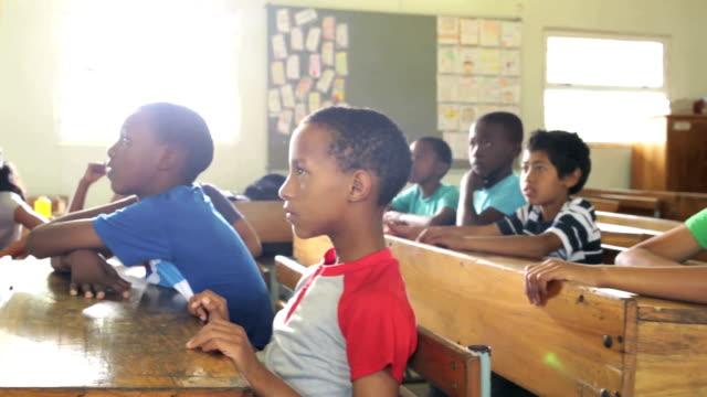 Schulkind freut sich darauf, Sie zu beantworten – Video