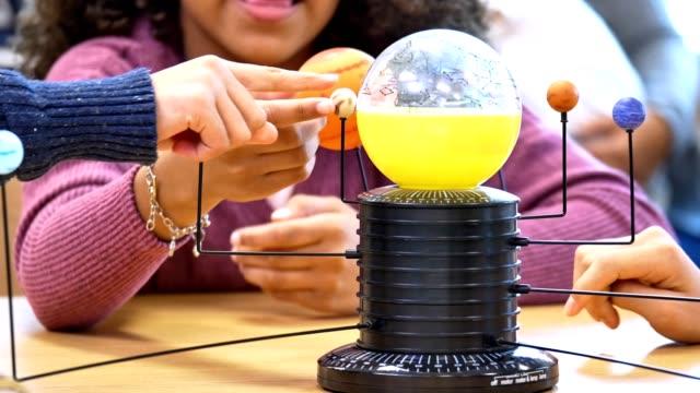 vídeos y material grabado en eventos de stock de niños escolares que aprenden sobre el sistema solar y las constelaciones - escuela media