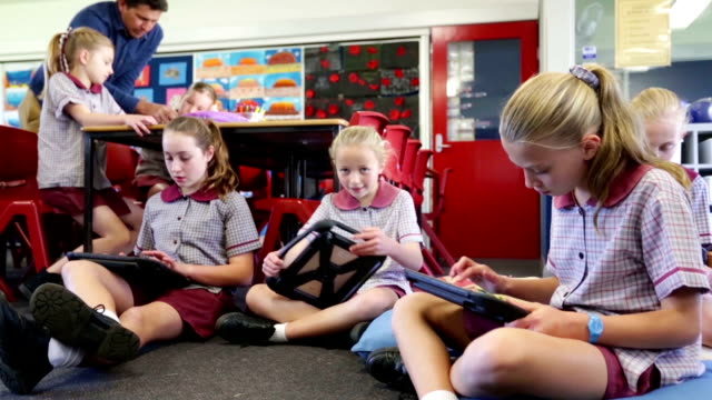 stockvideo's en b-roll-footage met kinderen van de school met behulp van tablet pc-computers in de klas - schooljongen