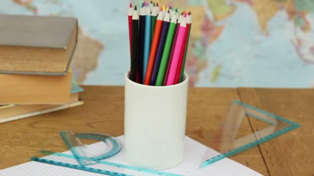 scrivania/istruzione scena-hd - matita colorata video stock e b–roll
