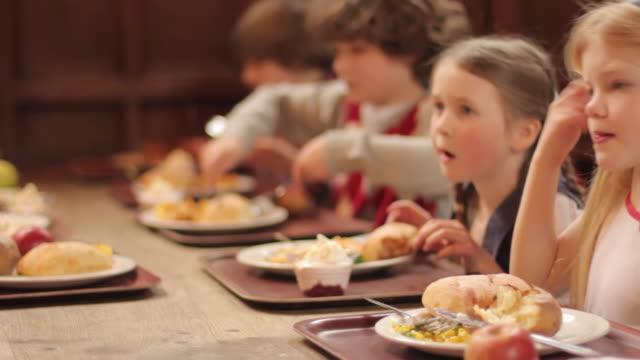 vídeos de stock, filmes e b-roll de escola de jantar - almoço